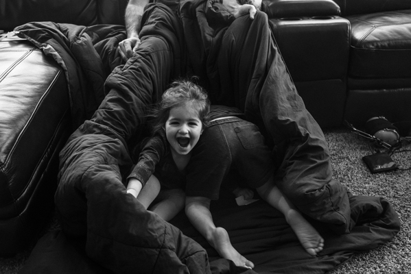 Kids-playing-in-blankets-spokane-family-photographer