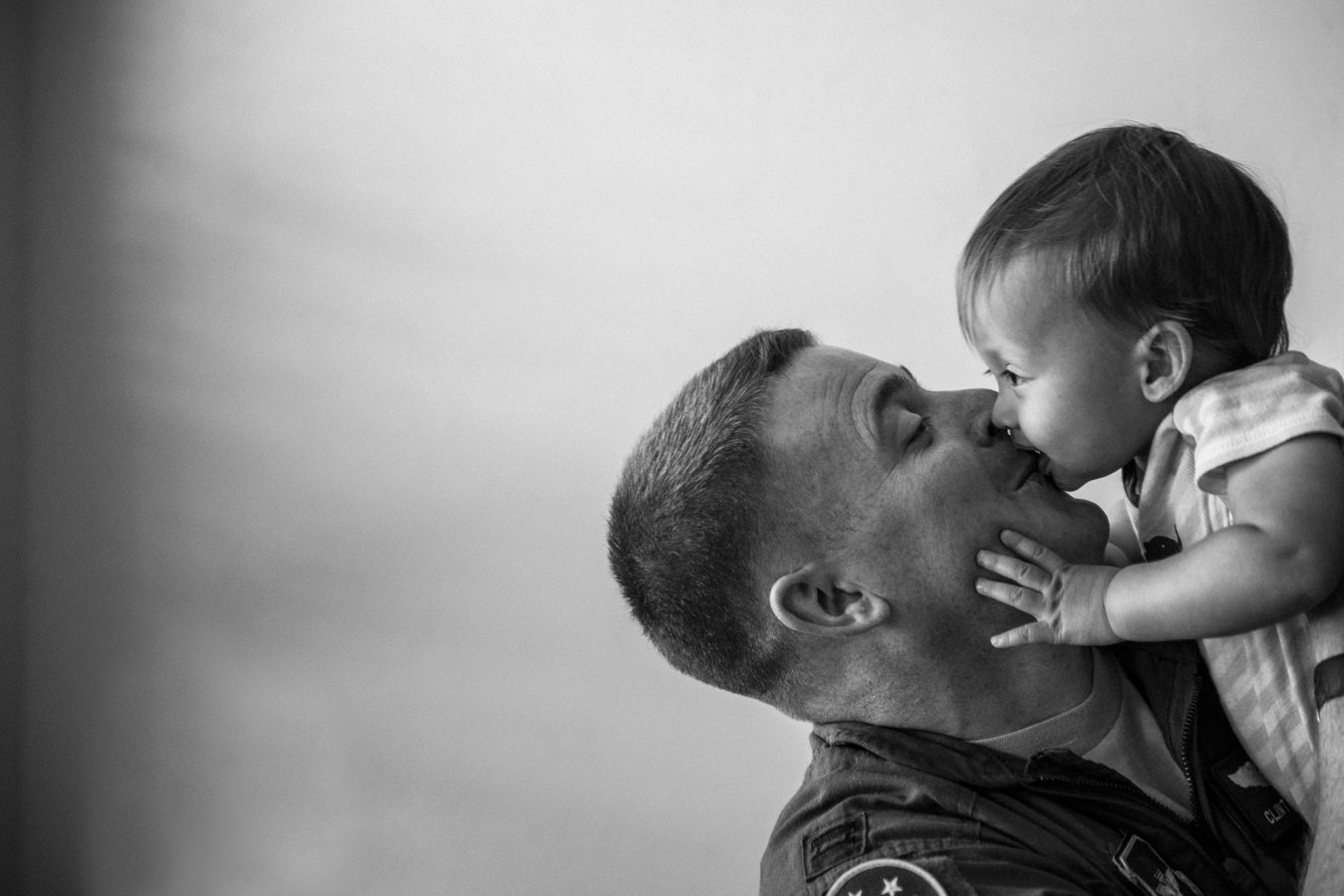 spokane-photographer-baby-kiss-dad