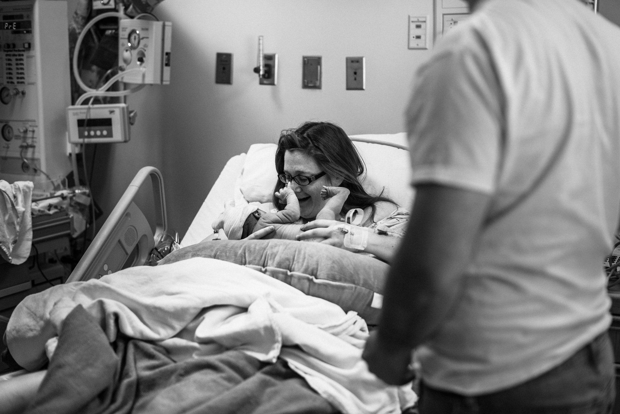 spokane-photographer-mom-meeting-baby