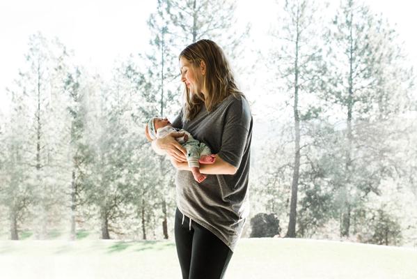 spokane-newborn-photographer-baby-and-mom-window