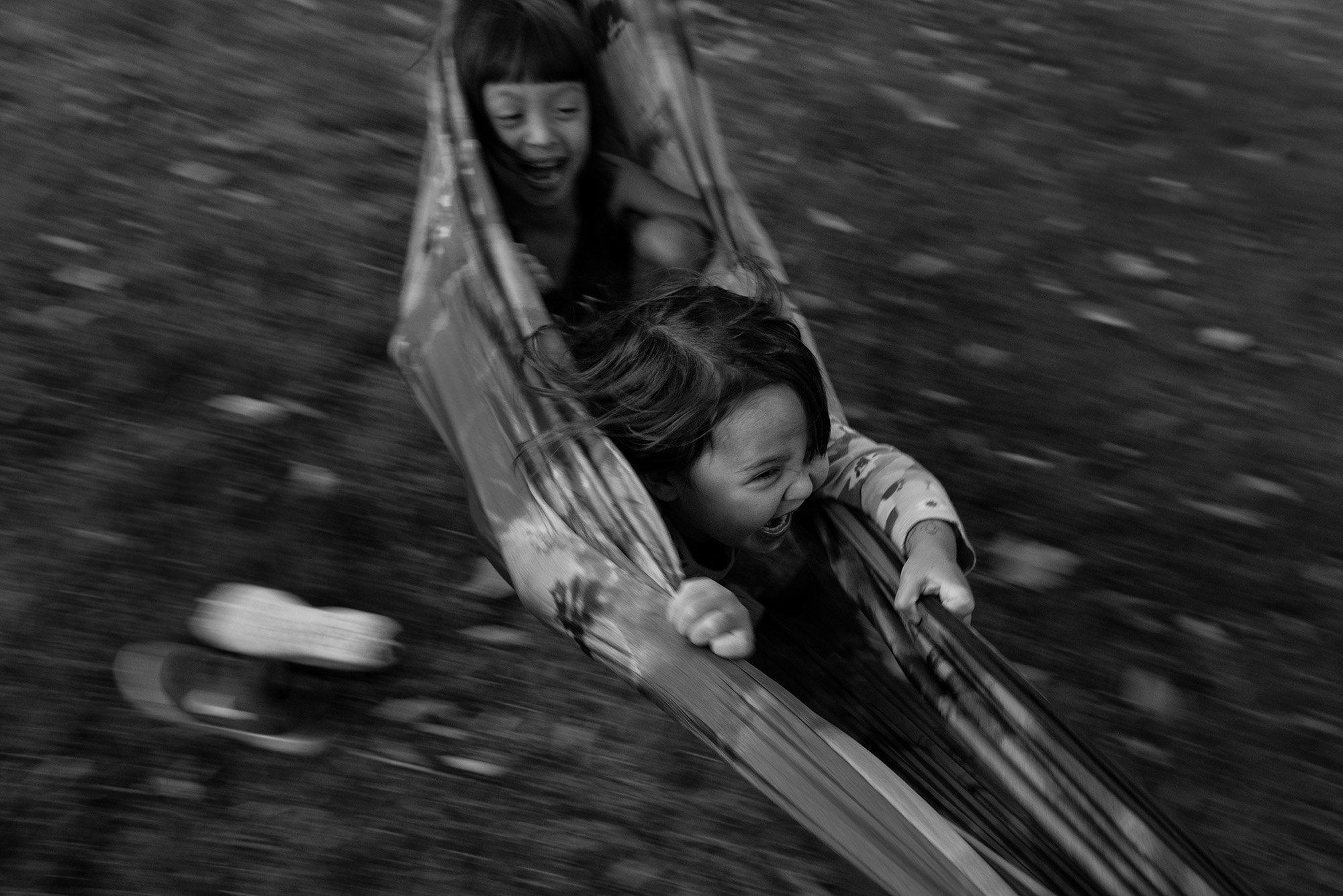 kids_swinging_hammock